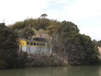 大人の隠れ家風。池のほとりに佇む黄色い外観が目印です