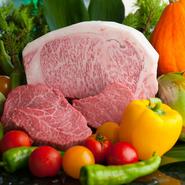 厳選された最高ランクの牛肉や島原で大切に育てられる「長崎芳寿豚」、京野菜など、オーナー自らが現地に赴き、実際に確認してから厳選。そのエリアで育まれる恵みを、さまざまなスタイルで楽しめます。