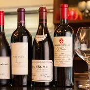 魚介との相性が良い白ワインや、お祝いの席にふさわしいスパークリング、そしてロマネシリーズの様なプレミアムな銘柄も含めた赤ワインなど約160種をストック。料理ごとのペアリングを楽しめること請け合いです。