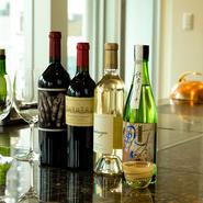 臨場感溢れるカウンターは、一人でも食事やワインをじっくりと楽しむことができる特等席です。当日でも食べたい食材や味付けなどを伝えれば、シェフが好みに合せたコースへとアレンジ。