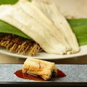 こだわりの白煮で旨みが凝縮。やわらかな食感が魅力の『穴子鮨』