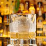 くつろぎのひとときを過ごすのにピッタリのウイスキー。氷が溶ける時間をゆったりと楽しみましょう。
