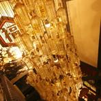 天井から吊り下げられた大きなシャンデリア。よく見ると角瓶で作られている、お店のシンボル的存在です。