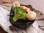 濃厚なみそをまとった丸茄子に、ブロッコリー、海老、帆立をのせて。※お料理はコースのみ。写真は一例。