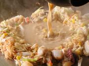 豚・イカ・タコ・帆立・エビ・コーン・紅生姜・卵・麩と具沢山の一品! 素材の味がスープに溶け出し 至高のもんじゃになります