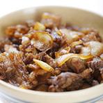 牛丼、紅生姜、赤出汁 国産黒毛和牛使用のおかげ横丁名物の牛丼です。