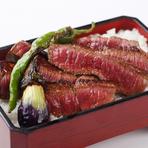 特選伊勢牛、香の物、赤出汁。若柳で定番の網焼きのタレを使ったステーキ重です。