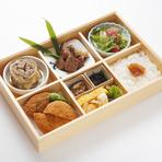 ランチタイムに食べることができる『伊勢牛松花堂御膳』は見た目も華やかな楽しめる一品。
