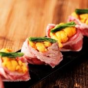 お肉の創作料理が人気。写真は『うにくずし』雲丹×肉寿司