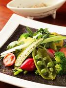 その時期に合った野菜をふんだんに使ったバーニャカウダ。野菜の持つ旨みをシンプルに味わえる一品です。