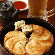 お店のイチオシである『鉄鍋餃子』をはじめ、『豚バラ肉』は様々な料理に変化するところが魅力。セロリもサラダなどでは存在感を示し、煮込料理では、裏方の隠し味になり、硬軟併せ持つ素敵な食材だと。