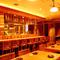 キビキビと働く料理人たちを中心にして、広がるテーブル