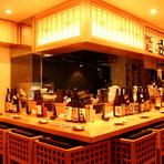 落ち着きのあるお店でお酒とお料理を楽しむ