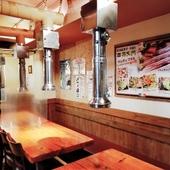 韓国の風情が感じられる置物が飾られた、韓国情緒溢れる店内