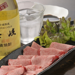 長崎和牛指定店だからこそ、長崎牛本来の旨みを味わえます。稀少なタン刺しは、肉本来の味をより楽しめます。 焼酎と共に旨みを吟味してみては?