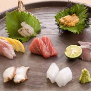 長崎・対馬をはじめ、九州の海が育んだ天然魚のお造り。引き締まった身と、しっかりとした歯ごたえ、そして鮮度の高い旨みが堪能できます。※写真は2人前