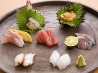 鮮度抜群の魚介がたっぷり入った『刺身の盛り合わせ』(二人前)