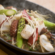 玄界灘でとれた魚介類と、九州の大地で育った新鮮な野菜が、見事に調和した豪快なメニュー。