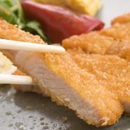 長崎のブランド肉「西海豚」のロース肉を使った一品。ボリュームがありながらも、上品な味わいが人気です。