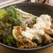 国産鶏もも肉を使っているので、柔らかな食感が楽しめる逸品。自家製タルタルソースとの相性も抜群です。