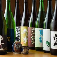 近年九州地方では、若い杜氏が地酒の開発に力を入れているので、美味しい日本酒がたくさん出回っています。当店では、常時20種類ほど用意。テイスティング感覚で飲めるようにと、半合(90CC)から提供しています。