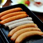 熱々のソーセージの美味しさをテーブルで『グリルソーセージ』