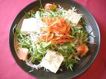 海の恵み堪能。サラダの一番人気『蔵や特製駿河湾サラダ』