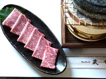 石焼きで旨味を引き出す『特上カルビ』は甘みがありとろける食感