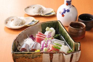 食材は全て天然物。新鮮な旬の魚で彩る『お造り盛り合わせ』