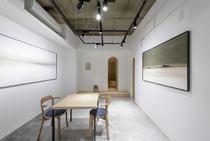 ART感たっぷりのギャラリーも兼ねたテーブル席。