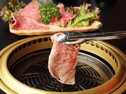 サッと炙ると肉の甘い脂がとろけます。山口県産ダイダイを使った自家製ポン酢で、さっぱり食べられる一品。
