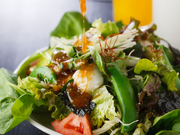 県内産の野菜がたっぷり。和風味に、にんにくやゴマ油、唐辛子を使い韓国風にアレンジしたドレッシングで。