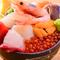 丼いっぱいに盛りつけたボリューム満点の『海鮮丼』