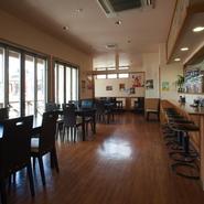 「お客様が楽しく過ごせる空間づくりを心がけています。」とは店長の談。店内は明るく開放的な雰囲気です。奥にあるテーブル席は14名までの個室としても利用でき、宴会やワークショップにも使われているのだとか。
