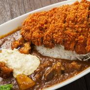 宮崎和牛カレーにチキン南蛮、ロース肉のとんかつをトッピングした贅沢な品。都城が誇る肉をたっぷり堪能。