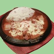 宮崎赤鶏と地卵にシュレッドチーズを合わせ香ばしく焼き上げました。