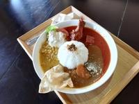 都城商業高校と開発した「宮崎辛飯」と日替わりの3種類のカレーをワンプレートにセットしました。