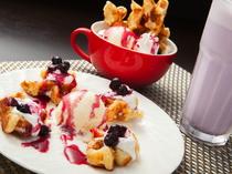 デザートも充実。人気のワッフルを自家製フルーツソースで