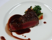 フィレ肉は一頭の牛からわずかしか取れない希少な部位。A5ランクの肉本来の甘み、旨味、食感が絶妙!