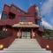 沖縄伝統の「赤瓦」が目を引く、おしゃれな外観