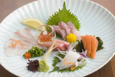 旬の魚を楽しめる『刺身の盛り合わせ』