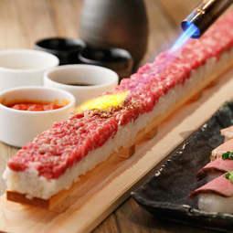 黒毛和牛のユッケにトリュフ・雲丹・チーズを乗せたインスタ映え間違いなしのロングユッケ寿司!