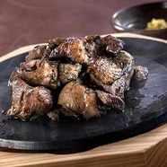 新鮮な鶏肉をレアの焼き加減で食べる『じとっこ焼』中