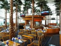 南国リゾートを思わせる開放的な雰囲気での食事が楽しめます