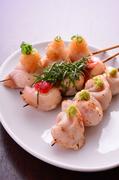 刺身で食べられるほど新鮮なささみを使用しています。塩焼きは山葵添え、梅しそ・おろしポン酢もどうぞ。