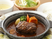 ビーフ肉100%の旨味が凝縮されたデミソース煮込み ライス・サラダ付き