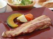 知床豚の厚切りベーコン パン・サラダ付