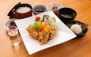 梅木さんち自慢の地鶏スープに、 自家製チャーシューのったオリジナルラーメン。 からあげも付いた、ボリューム満点の定食です。