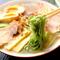 翡翠麺が鮮やかな『冷やしラーメン』