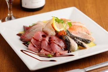 旬の魚介とレモン香るソースの『本日のカルパッチョ5種盛り』